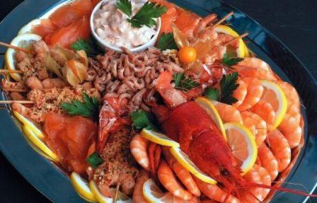 Teller mit verschiedenen Meeresfruechten